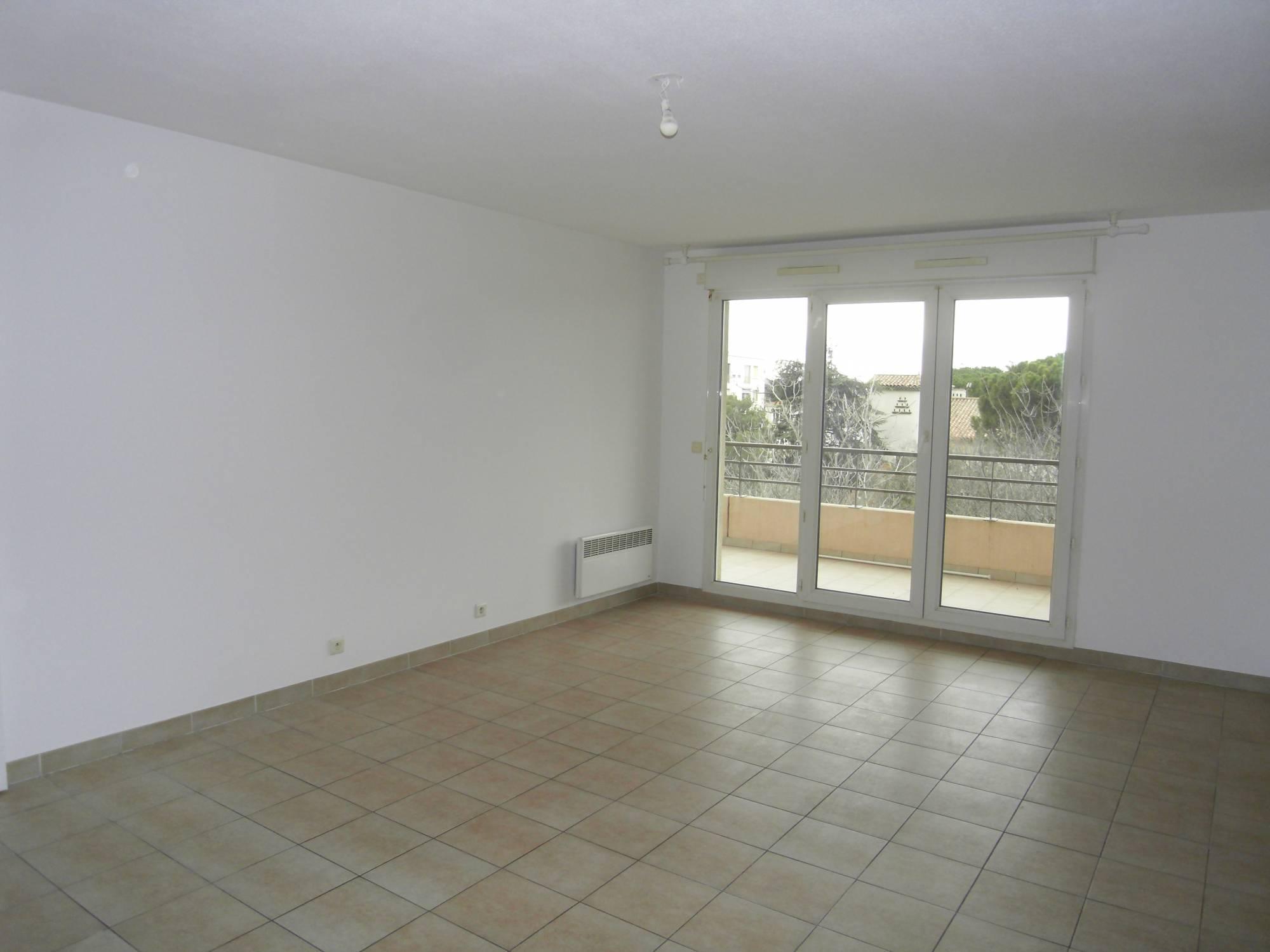 A louer marseille 12 montolivet appartement 3 pi ces avec for Garage a louer marseille 13012
